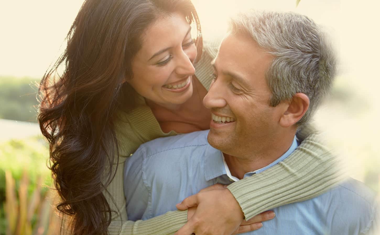 Glückliches Paar mit Eheberatung nach Gottman in Lüneburg